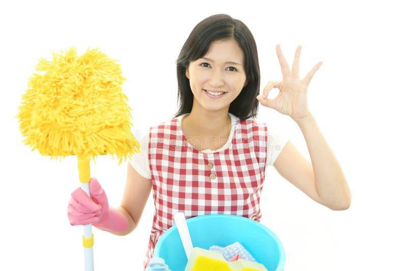 Glimlachende Aziatische huisvrouw royalty-vrije stock fotografie