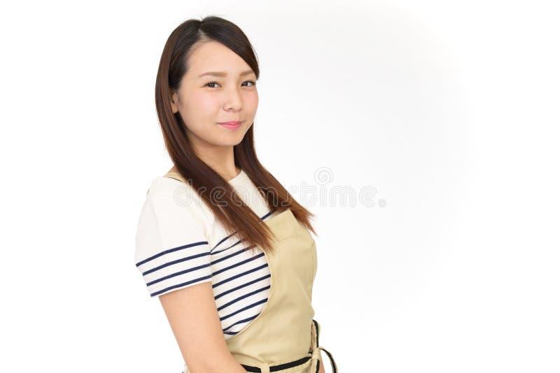 Glimlachende Aziatische huisvrouw royalty-vrije stock foto's