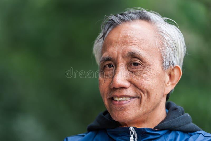 Glimlachende Aziatische mannelijke oudste stock foto's