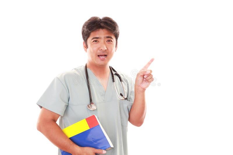 Glimlachende Aziatische medische arts royalty-vrije stock afbeelding