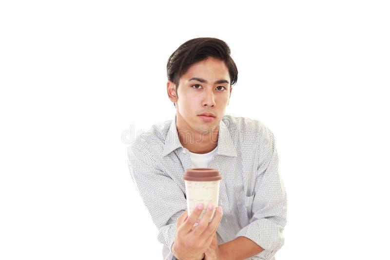 Glimlachende Aziatische mens het drinken koffie royalty-vrije stock afbeelding