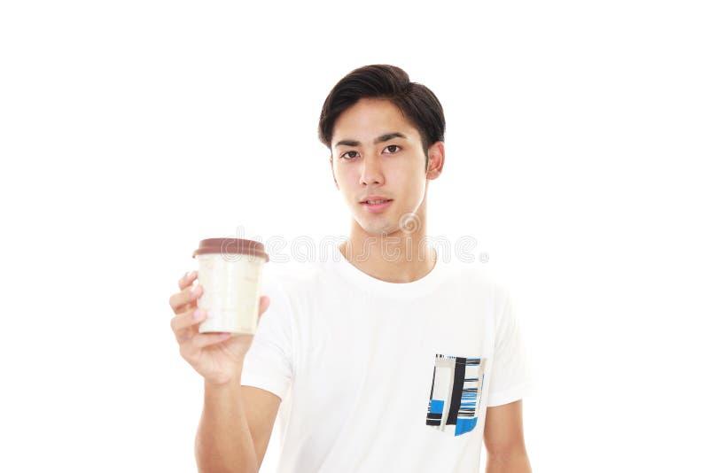Glimlachende Aziatische mens het drinken koffie stock fotografie