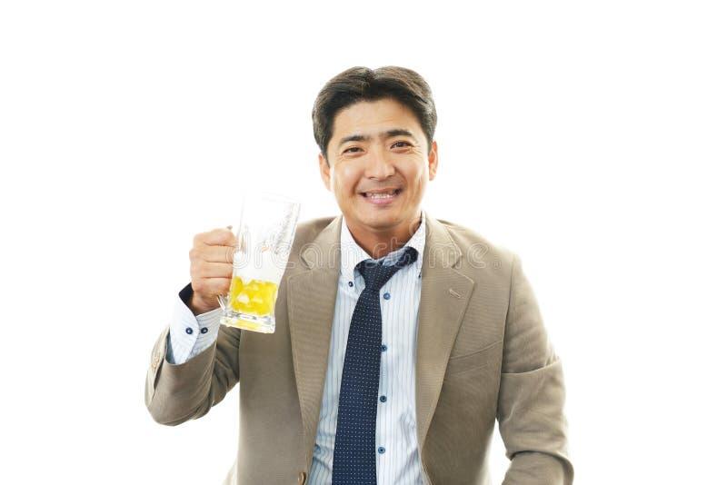 Glimlachende Aziatische mens met bier royalty-vrije stock foto's