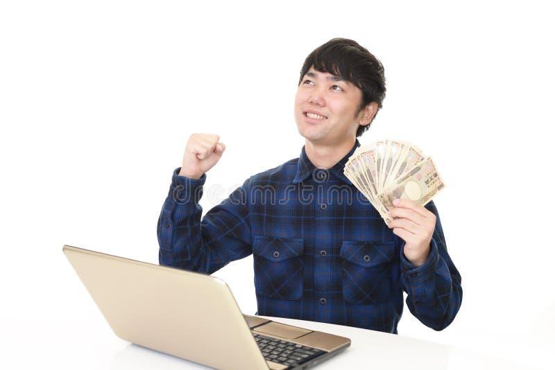 Glimlachende Aziatische mens met geld royalty-vrije stock foto