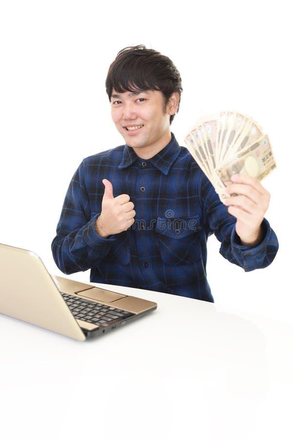 Glimlachende Aziatische mens met geld royalty-vrije stock foto's