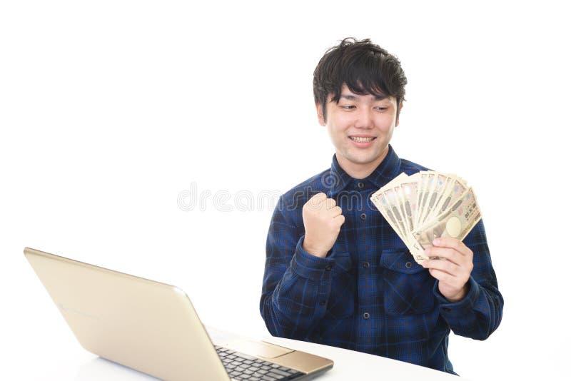 Glimlachende Aziatische mens met geld royalty-vrije stock afbeeldingen