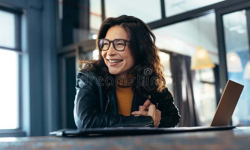 Glimlachende Aziatische onderneemster op kantoor royalty-vrije stock foto's