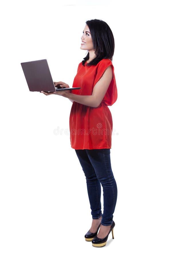 Glimlachende Aziatische student die laptop met behulp van royalty-vrije stock fotografie