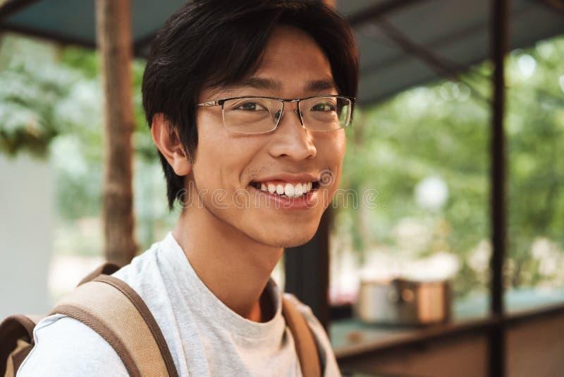 Glimlachende Aziatische studentenmens die rugzak dragen royalty-vrije stock fotografie