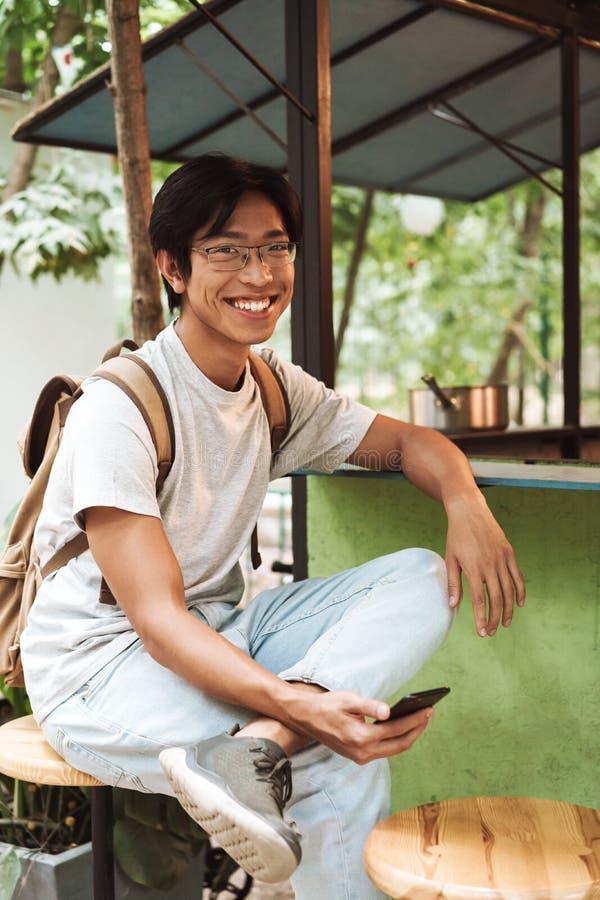 Glimlachende Aziatische studentenmens die rugzak dragen royalty-vrije stock foto's