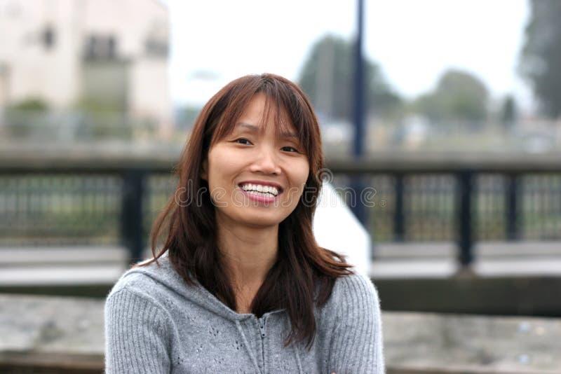 Glimlachende Aziatische vrouw. royalty-vrije stock afbeelding