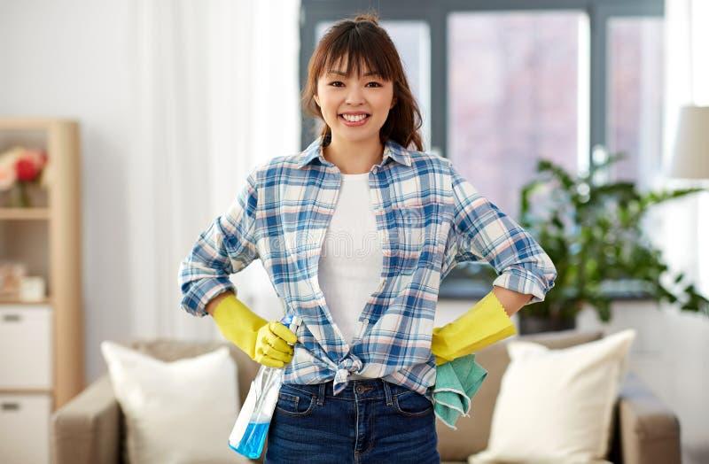 Glimlachende Aziatische vrouw die thuis schoonmaken royalty-vrije stock fotografie