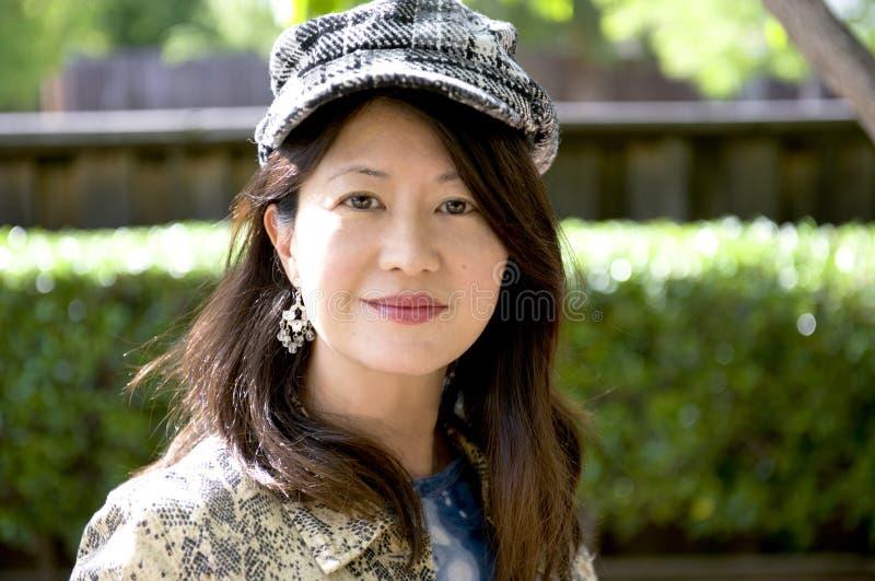 Glimlachende Aziatische vrouw met visgraat GLB stock afbeeldingen