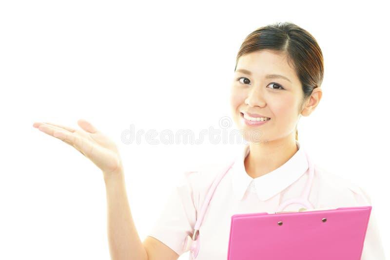 Glimlachende Aziatische vrouwelijke verpleegster royalty-vrije stock foto