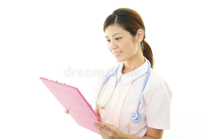 Glimlachende Aziatische vrouwelijke verpleegster stock afbeelding