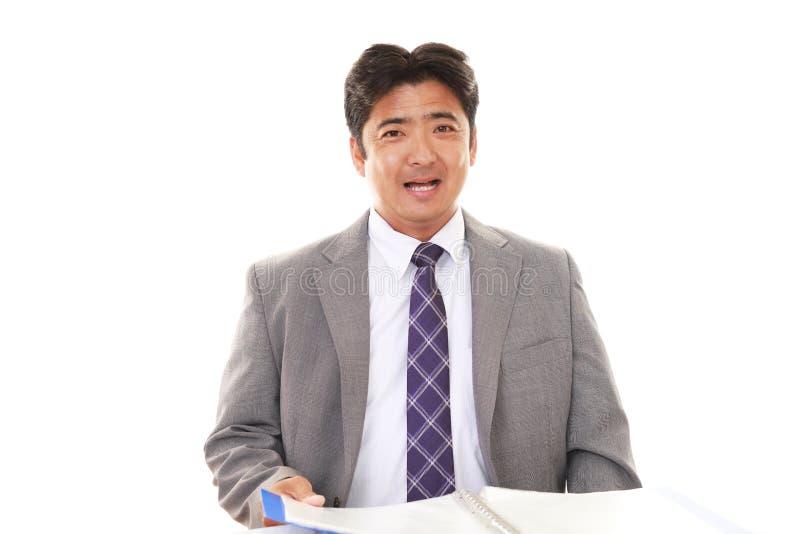 Glimlachende Aziatische zakenman stock fotografie