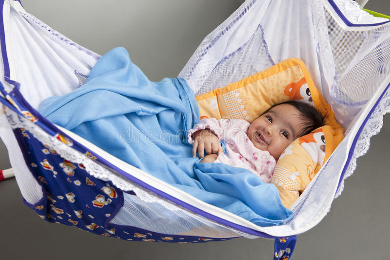 Glimlachende Baby in een hangmat-Stijl Wieg royalty-vrije stock foto's