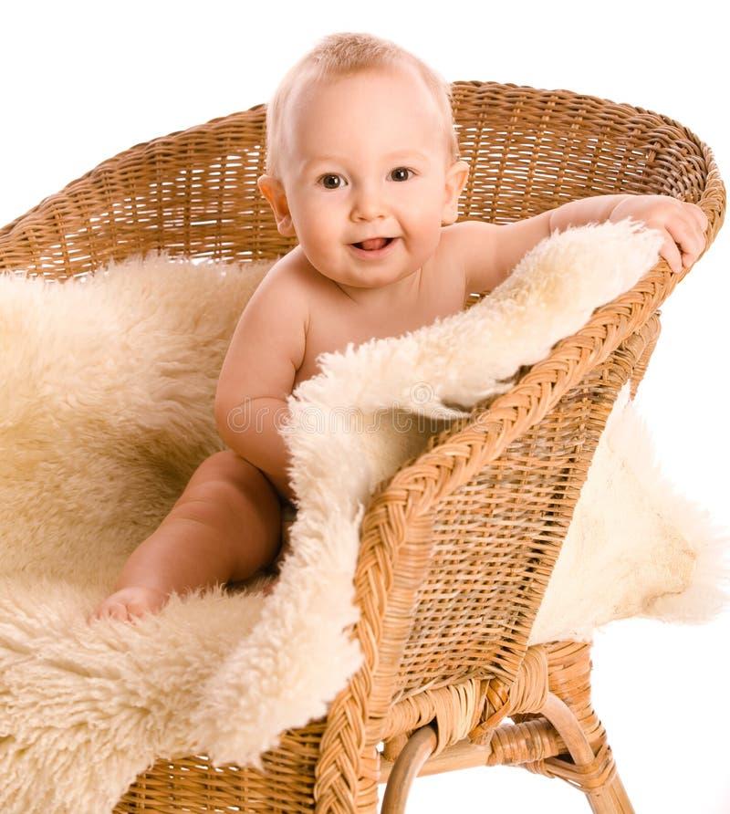 Glimlachende baby in leunstoel stock fotografie
