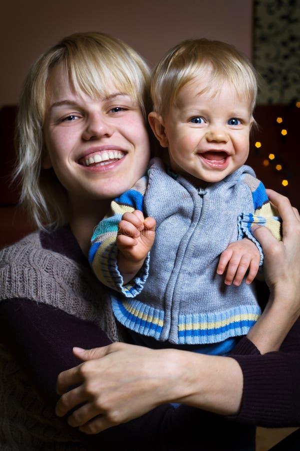 Glimlachende baby met moeder stock afbeelding