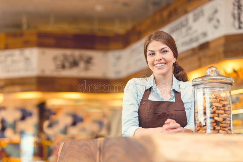 Glimlachende bakker in eenvormig stock foto