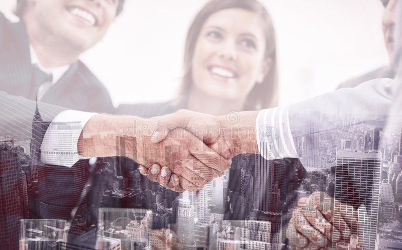Glimlachende bedrijfsmensen die een overeenkomst sluiten royalty-vrije stock fotografie