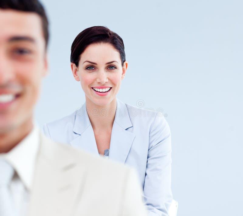 Glimlachende bedrijfsmensen die zich in een lijn bevinden royalty-vrije stock afbeelding