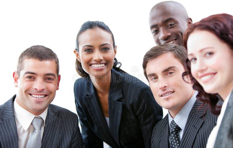 Glimlachende bedrijfsmensen in een vergadering royalty-vrije stock foto's