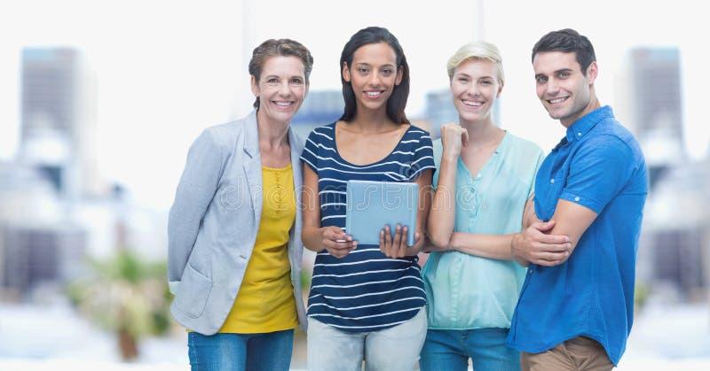 Glimlachende bedrijfsmensen met tabletpc in openlucht royalty-vrije stock afbeelding