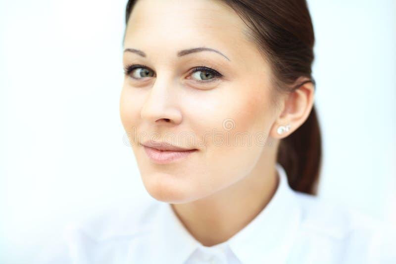 Download Glimlachende bedrijfsvrouw stock afbeelding. Afbeelding bestaande uit wijfje - 39111899