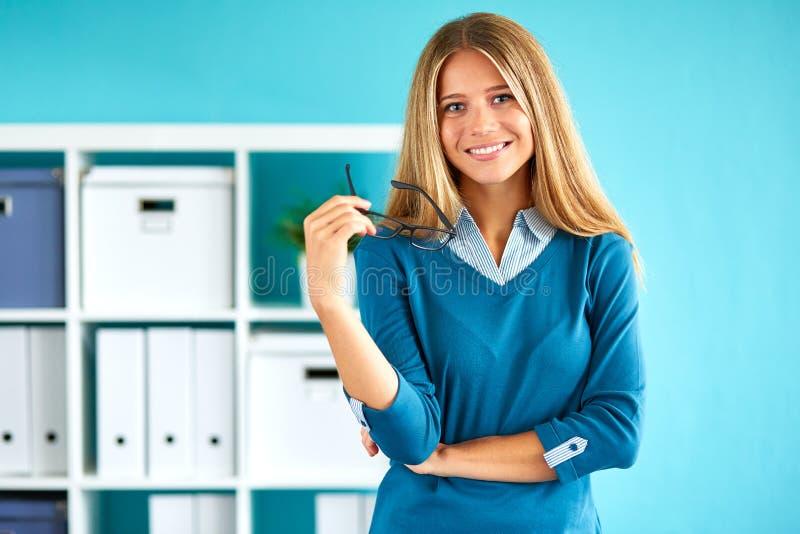 Glimlachende bedrijfsvrouw royalty-vrije stock foto