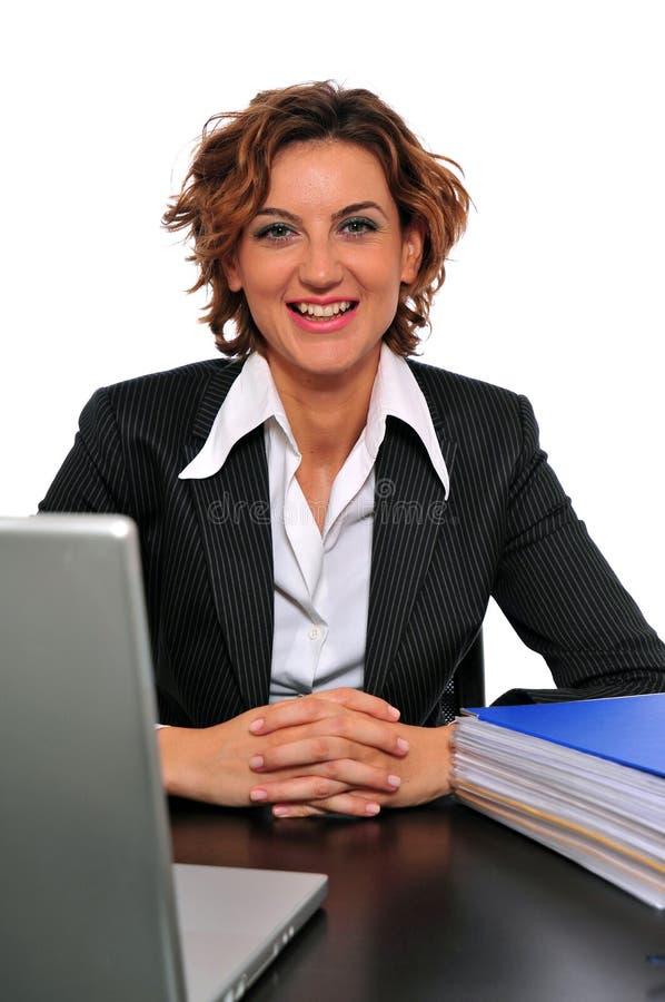 Glimlachende BedrijfsVrouw bij Haar Bureau royalty-vrije stock fotografie