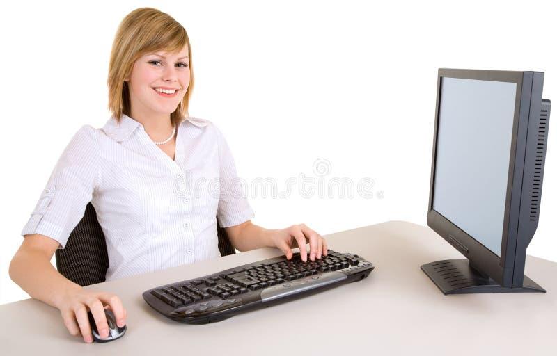 Glimlachende BedrijfsVrouw die aan een Computer werkt stock afbeelding