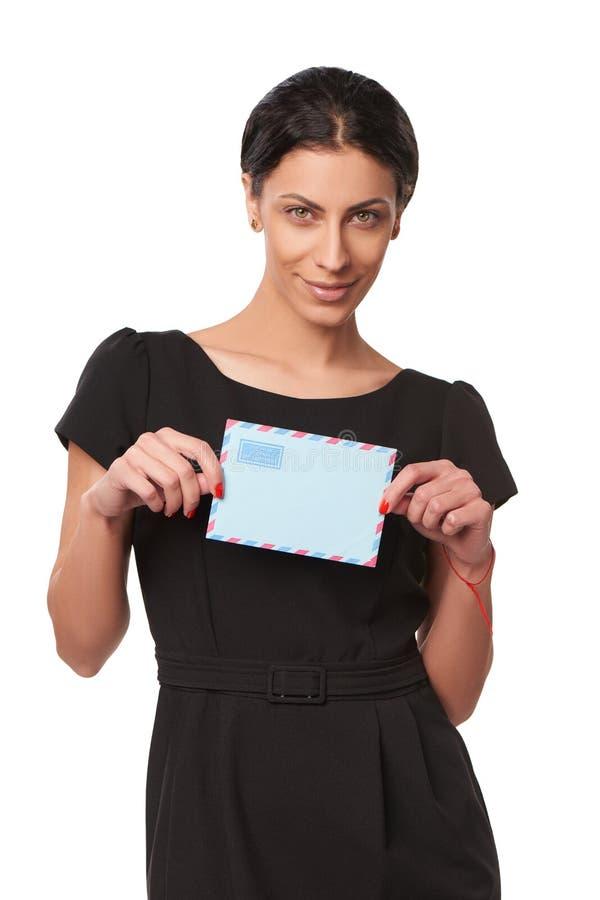 Glimlachende bedrijfsvrouw die envelop tonen stock foto's