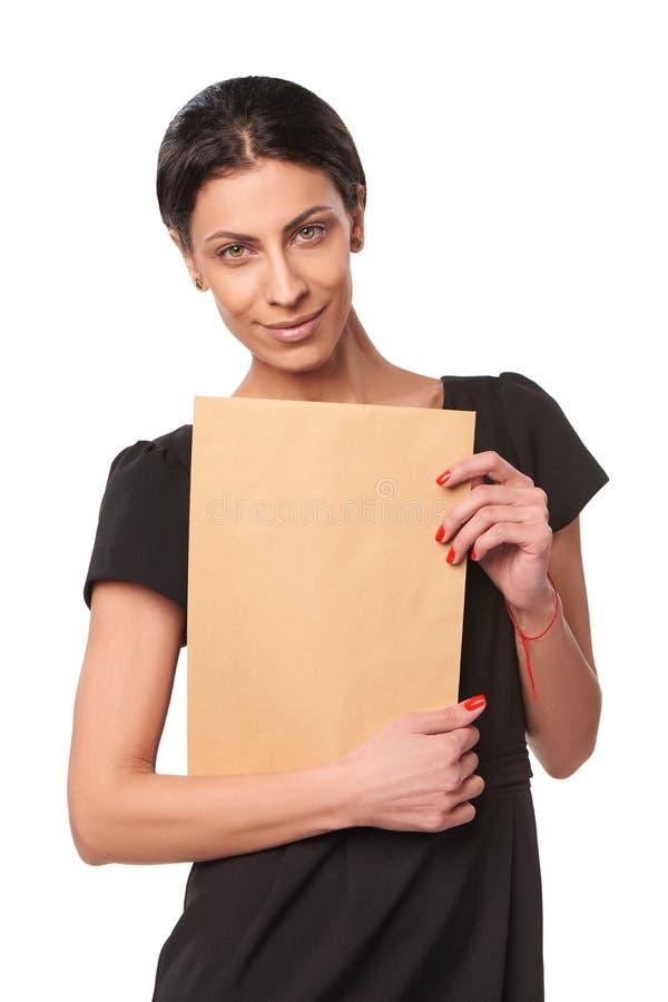 Glimlachende bedrijfsvrouw die envelop tonen royalty-vrije stock foto