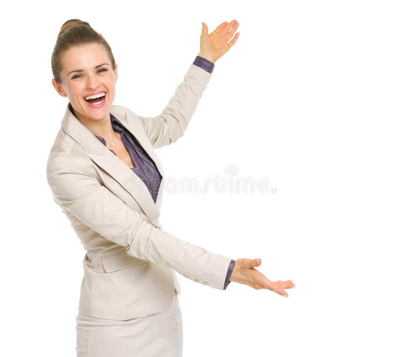 Glimlachende bedrijfsvrouw die groot iets voorstellen royalty-vrije stock foto