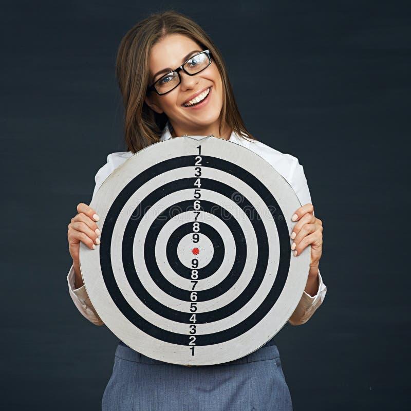 Glimlachende bedrijfsvrouw die zwart wit doel houden stock afbeeldingen