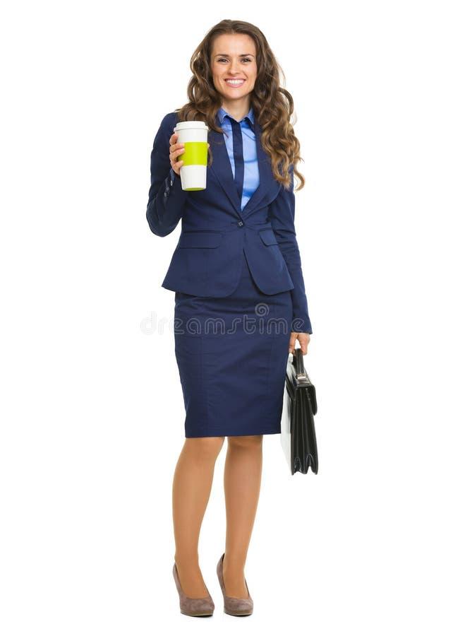 Glimlachende bedrijfsvrouw met aktentas en cofeekop royalty-vrije stock afbeelding