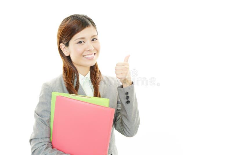 Glimlachende bedrijfsvrouw met omhoog duimen royalty-vrije stock foto
