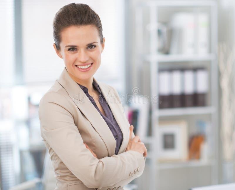 Glimlachende bedrijfsvrouw in modern bureau royalty-vrije stock fotografie