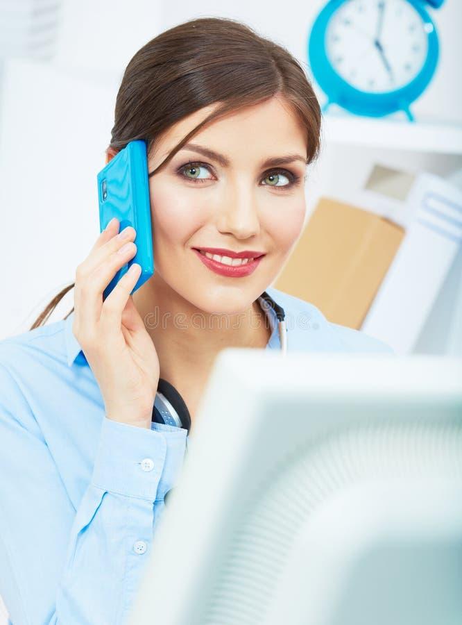 Glimlachende bedrijfsvrouw op telefoon op kantoor. Sluit omhoog vrouwelijke haven royalty-vrije stock foto's