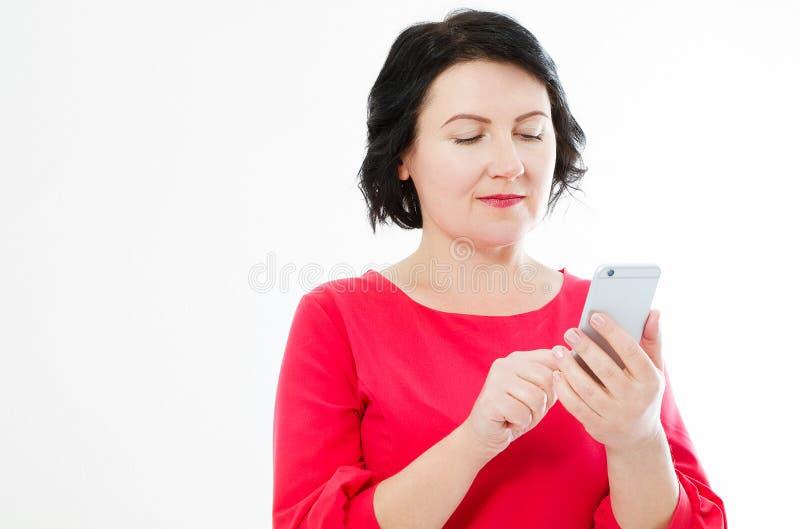 Glimlachende bedrijfsvrouw in rode kleding die praatjetekst gesprek en het houden van telefoon hebben royalty-vrije stock afbeeldingen