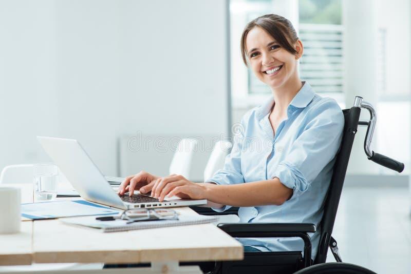 Glimlachende bedrijfsvrouw in rolstoel royalty-vrije stock afbeeldingen