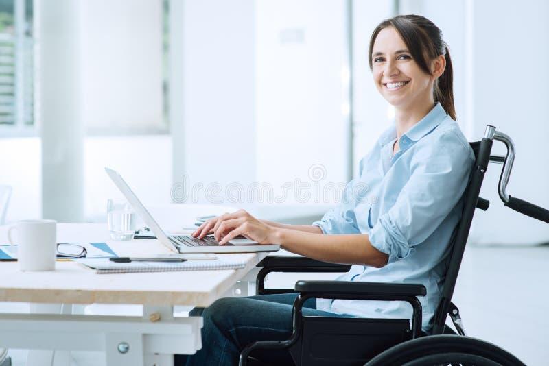 Glimlachende bedrijfsvrouw in rolstoel royalty-vrije stock foto