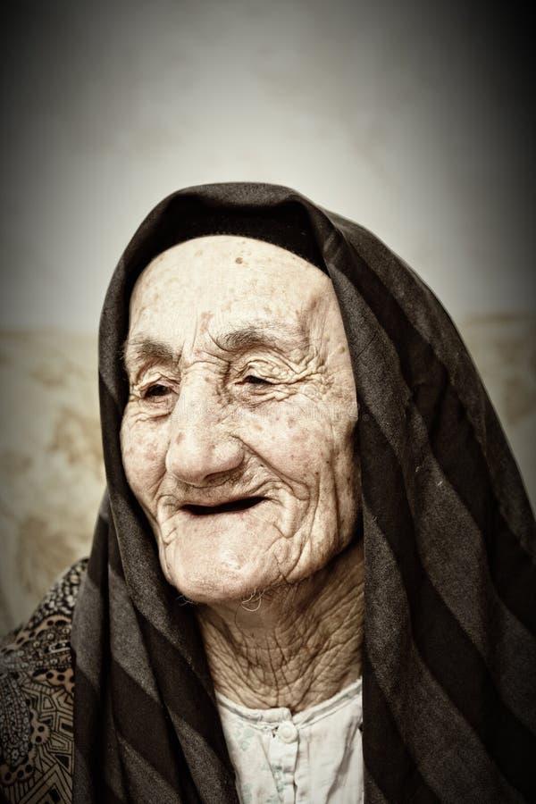 Glimlachende bejaarde stock afbeeldingen