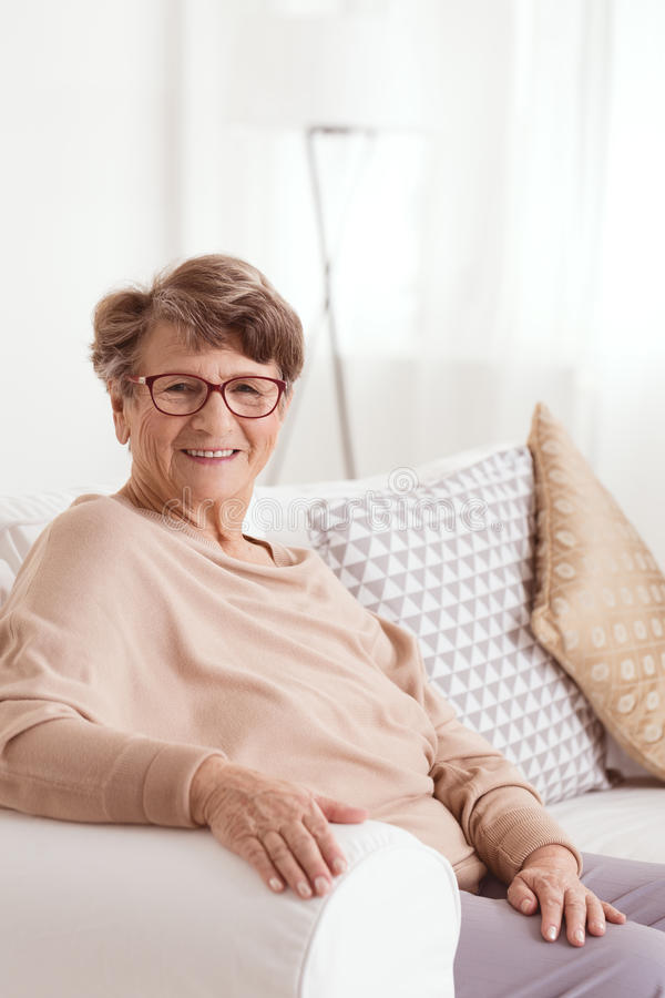 Glimlachende bejaarde dame stock foto