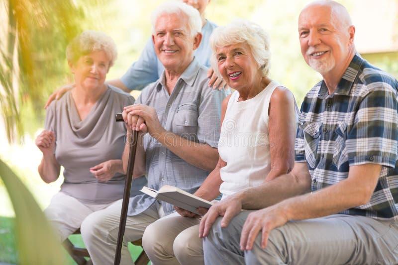 Glimlachende bejaarde mensen bij terras royalty-vrije stock foto