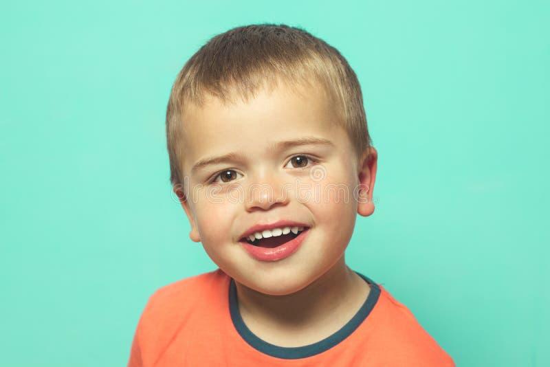 Glimlachende blonde jongen royalty-vrije stock foto
