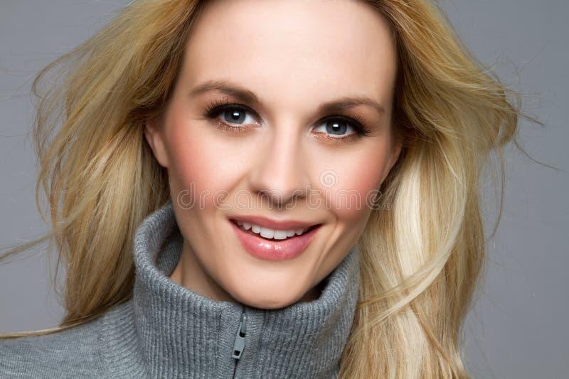 Glimlachende Blonde Vrouw royalty-vrije stock afbeelding