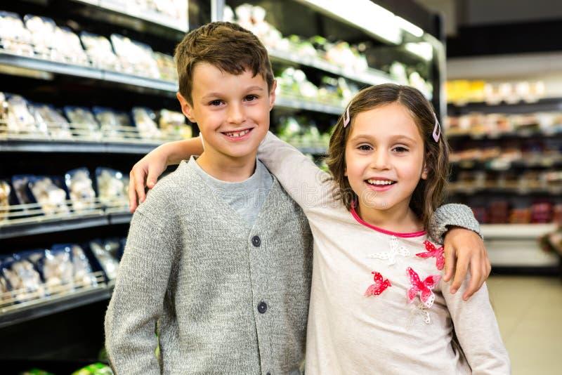 Glimlachende broer en zuster samen royalty-vrije stock fotografie