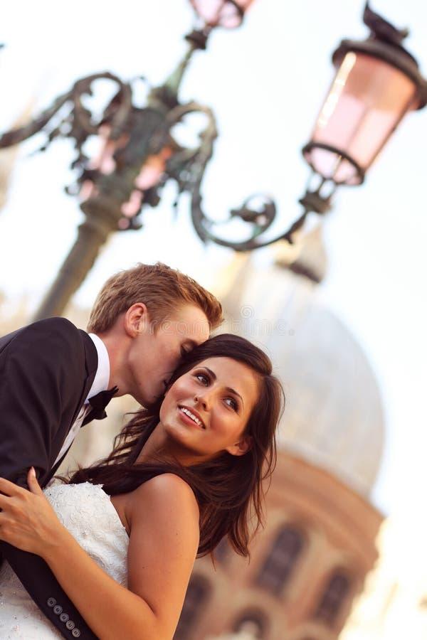 Glimlachende bruid en bruidegom op de straten van Venetië royalty-vrije stock foto's